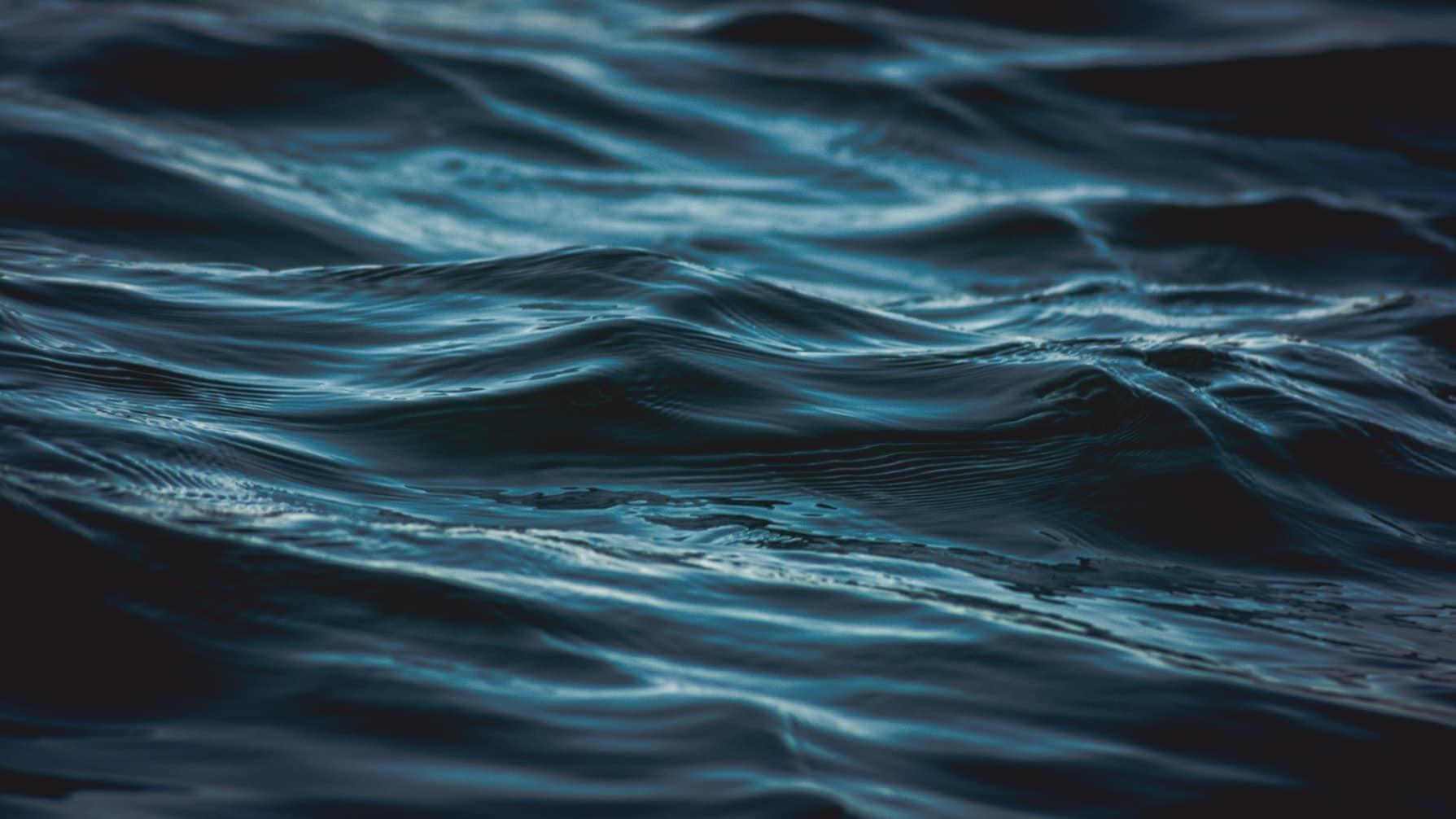 Eau et charbon actif : une eau pure pour une santé de fer